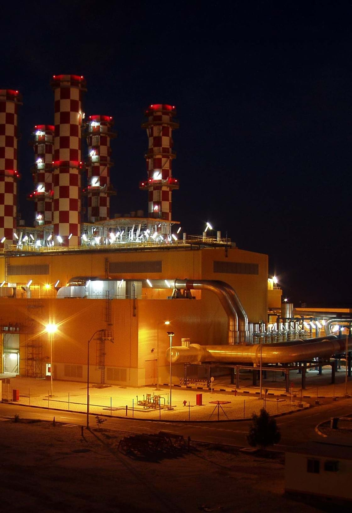 image of power plant AL Hidd 1 by night